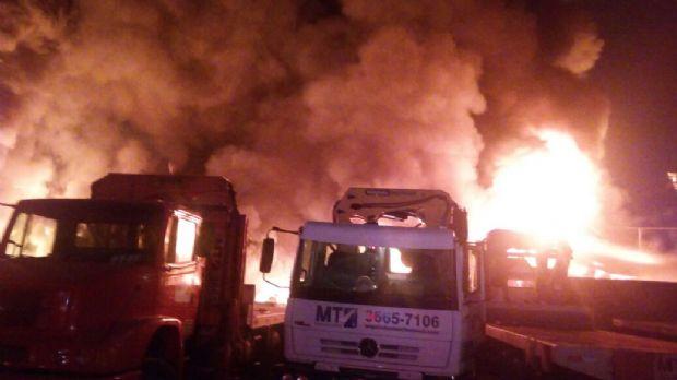 Incêndio de grandes proporções destrói empresa de reciclagem em Cuiabá;  fotos e vídeo