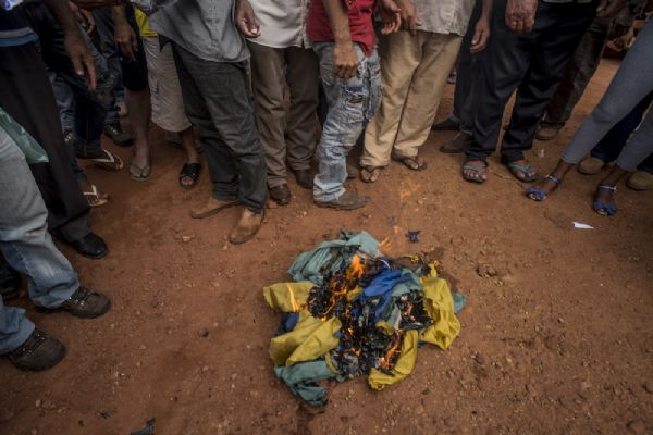 Prefeito e moradores queimam bandeira do Brasil e deputado diz que Assembleia apoia ato