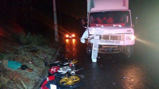 Jovem morre e outro fica ferido após colisão entre moto e caminhão de mudança