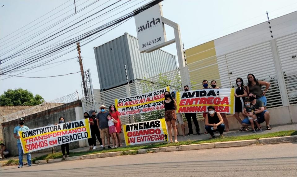 Clientes de construtora protestam em frente a obra de condomínio atrasada há 9 meses
