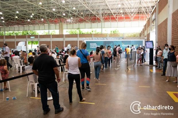Fila para vacinação em Cuiabá