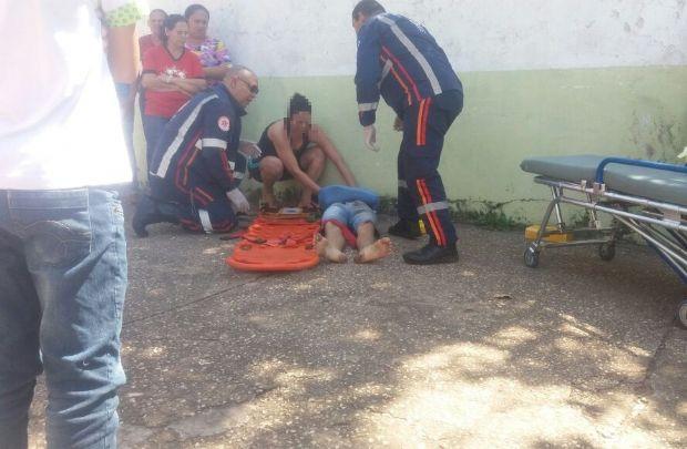 Adolescente de 17 anos sofre fratura exposta após cair de moto enquanto empinava