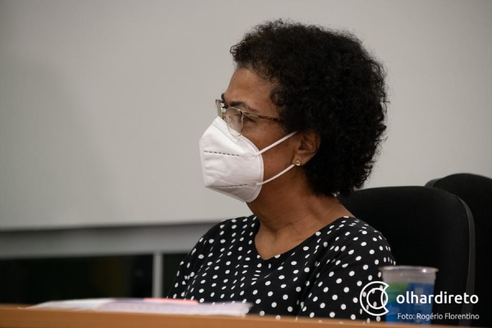 Secretária afirma que contrato com empresa foi prorrogado em janeiro, antes do escândalo de medicamentos vencidos