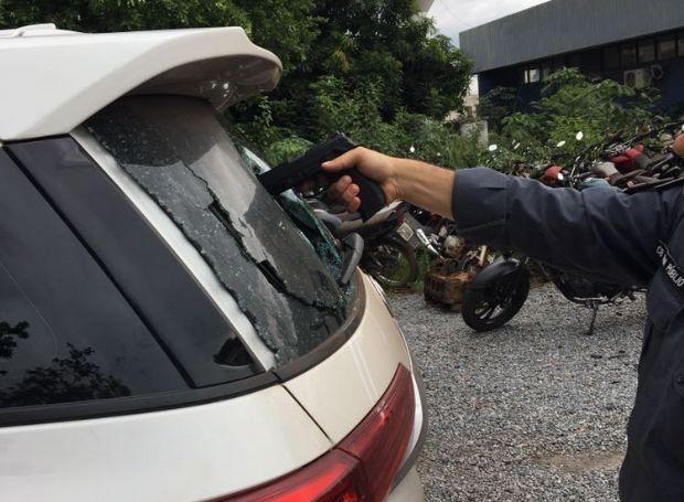 Bandido tenta assaltar mulher, mas quebra vidro e acaba derrubando arma dentro de veículo