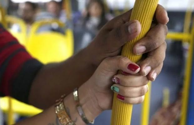 Homem ejacula em passageira de ônibus em Cuiabá e causa revolta;  veja vídeo