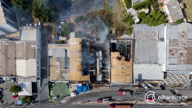 Veja destruição causada por incêndio que consumiu lojas de pneus e de artigos de festas