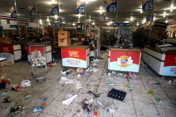 Greve da Polícia Militar na Bahia foi marcada por ruas vazias e saques a lojas em Salvador