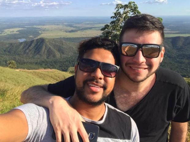 """Lutando contra coronavírus, namorado de jovem que morreu em apartamento se emociona: """"Só Deus sabe a dor"""""""