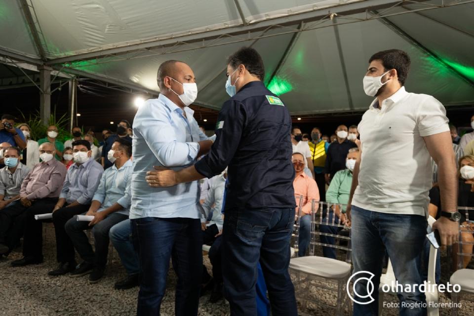 Juca do Guaraná abraça prefeito Emanuel Pinheiro na entrega do Viaduto Murilo Domingos