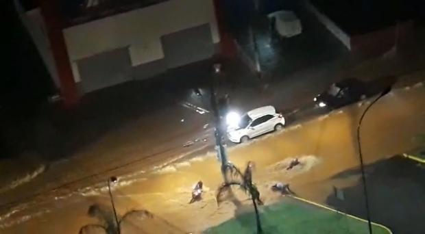 Após temporal, rua vira 'rio' e correnteza arrasta veículos em Cuiabá; veja vídeo