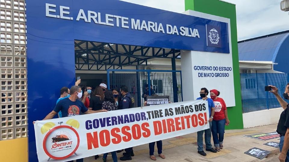 Sintep faz manifestação em porta de escola antes de ato de Mauro Mendes