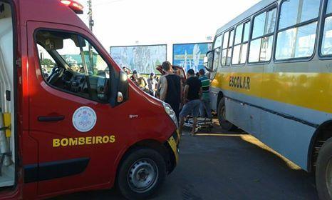 Grave acidente entre carro e ônibus escolar deixa três feridos; dois presos nas ferragens
