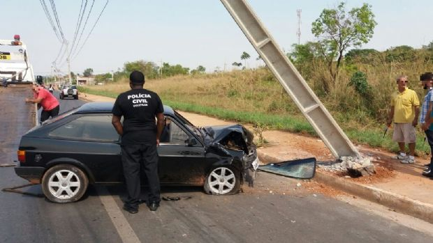 Jovens ficam feridos após colidir e derrubar poste na Rodovia Mário Andreazza;  veja fotos