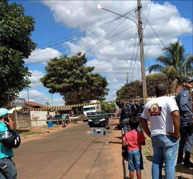 Ladrão morre e outro fica ferido em troca de tiros com a polícia após dois roubos;  fotos