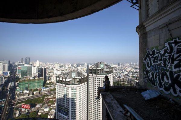 Turista sentada em um dos 49 andares da Torre Fantasma