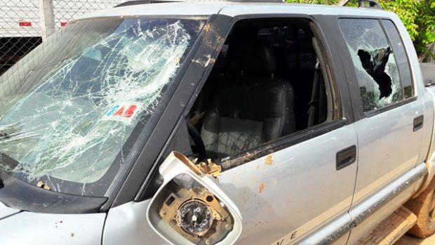 Motorista de S10 tenta atropelar grupo de pessoas durante briga generalizada e tem veículo depredado