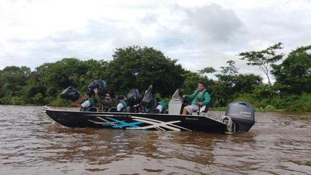 Pescadores, servidores, catadores e outros voluntários limpam Rio Cuiabá em região do Pantanal