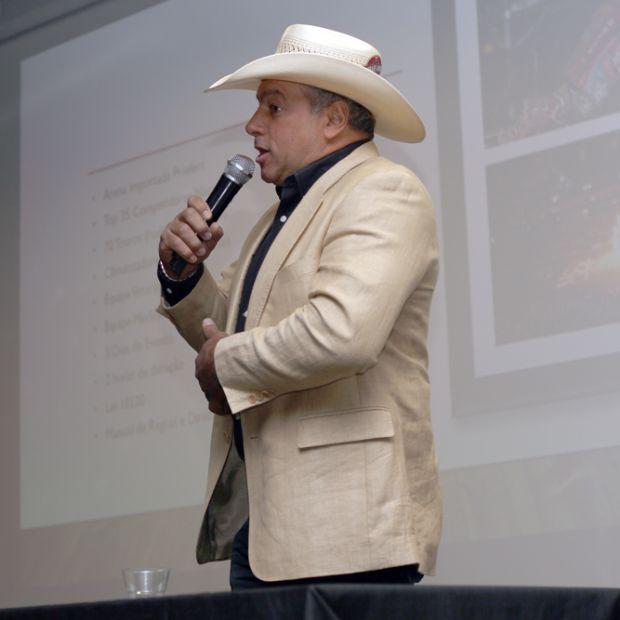 """Em Cuiabá, tricampeão mundial de montaria em touros desmistifica maus tratos a animais: """"É lenda!"""""""