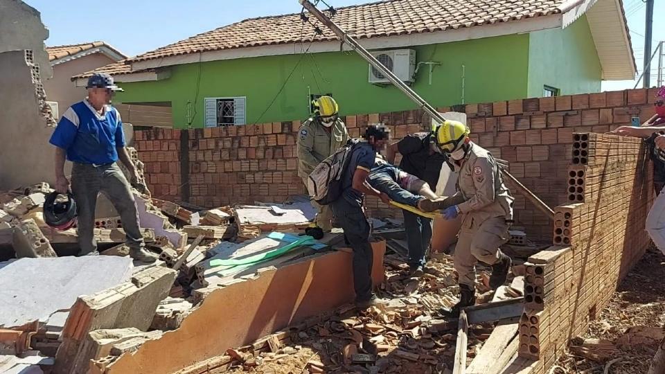 Trabalhador é soterrado por escombros de casa durante demolição