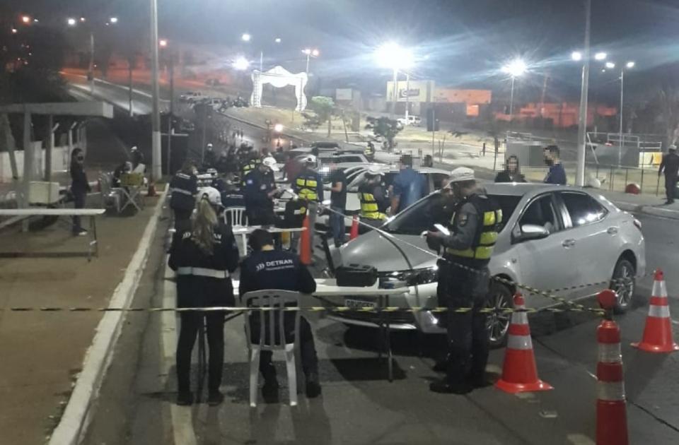 Blitz da Lei Seca na madrugada termina com 13 embriagados presos e 35 veículos removidos