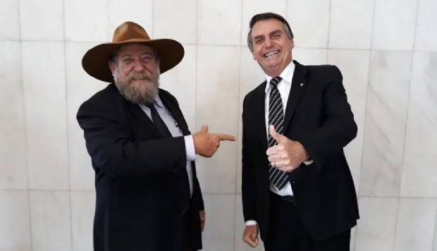 Bolsonaro parabeniza Nelson Barbudo e usa seu chapéu em discurso;  Vídeo