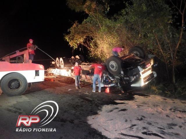 Três pessoas morrem após caminhão de empresa de Cuiabá tombar em Tangará da Serra