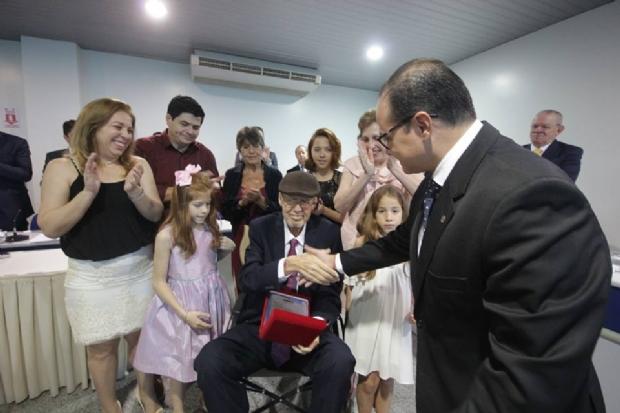 Carlos Aguiar recebendo homenagem de Leonardo Campos