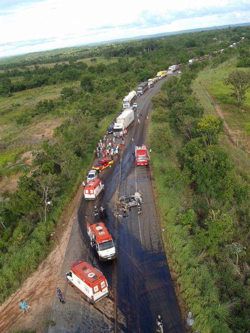 Acidente entre ônibus e carro de passeio deixa dois mortos e 29 feridos
