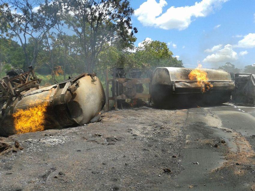 Motorista morre carbonizado após carreta de combustível tombar e pegar fogo na MT-246 entre Jangada e Barra do Bugres