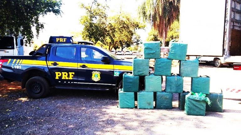 Motorista é preso após ser flagrado transportando meia tonelada de cocaína em compartimento falso de caminhão