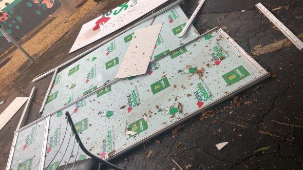 Temporal estoura transformador no Centro Político, danifica estruturas de polos de vacinação e derruba árvores