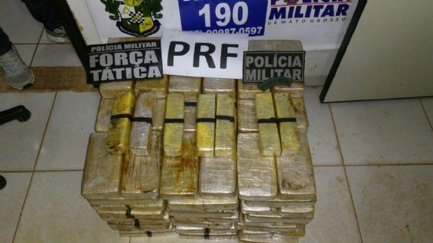 Dupla é presa por transportar 135kg de cocaína em compartimento de picape
