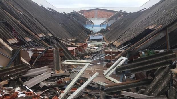 Teto de igreja desaba após forte chuva e bombeiros interditam local