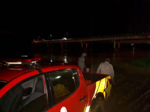 Bombeiros procuram por homem que se jogou no Rio Vermelho após colidir veículo