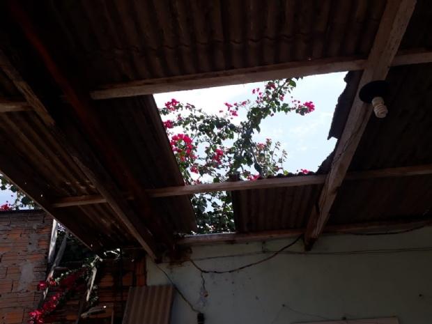 Homem morre ao cair de telhado e bater a cabeça