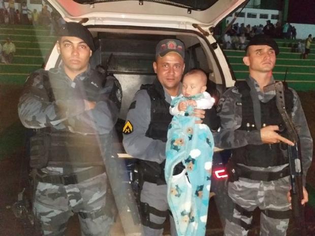 PM's protegem bebê de chuva e post de pai agradecendo viraliza