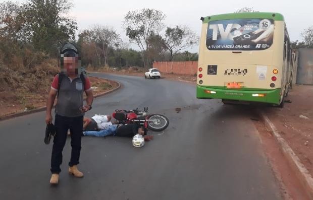 Homem tem parte da perna arrancada após colisão frontal entre ônibus e motocicleta; veja fotos