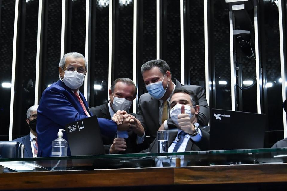 Jayme, Wellington e Fávaro posam com o presidente do Senado, Rodrigo Pacheco, durante sessão