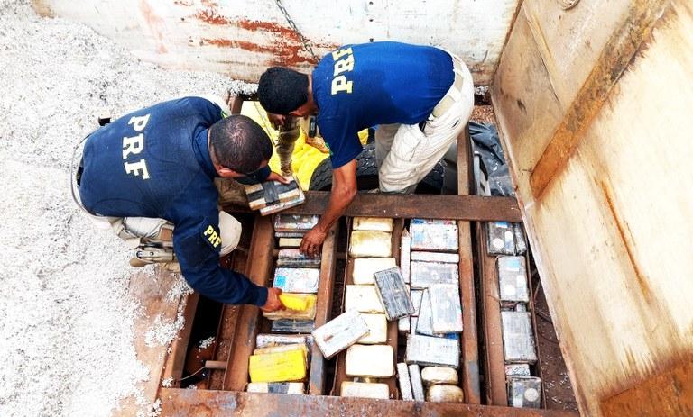 PRF apreende quase 100 kg de cocaína em caminhão e prende motorista