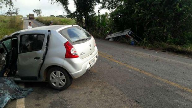 Marido de ex-secretária morre e três ficam feridos após acidente entre Sandero e carreta;  fotos