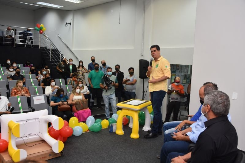 Emanuel entrega 64 mesas tablets para salas multifuncionais da rede municipal de ensino de Cuiabá