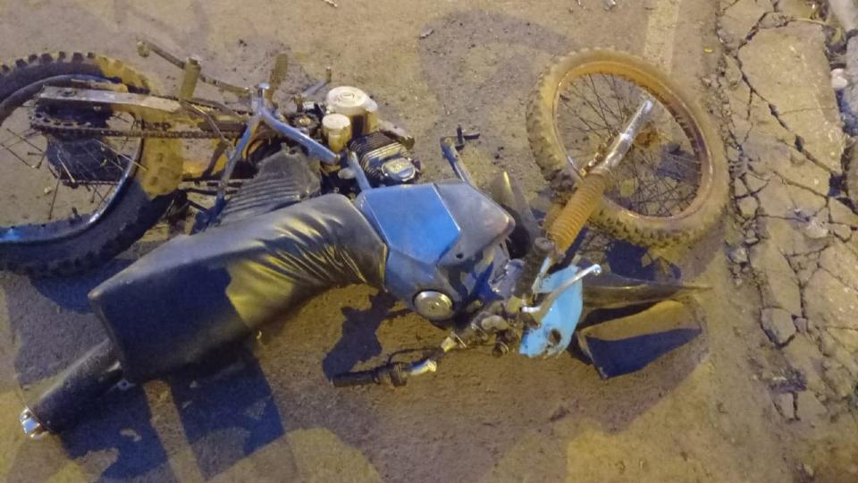 Garoto de 12 anos que pilotava moto colide com caminhão da Prefeitura, quebra a bacia e fratura crânio