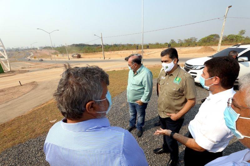 Prefeito e equipe vistoriam obras de avenida de mais de 3 km na região Oeste