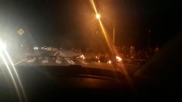 Manifestantes queimam pneus e fecham Estrada de Chapada após acidente; Vídeo