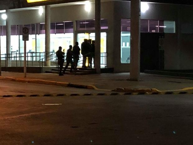 Banco do Brasil é cercado após criminoso invadir agência em tentativa de assalto;  fotos