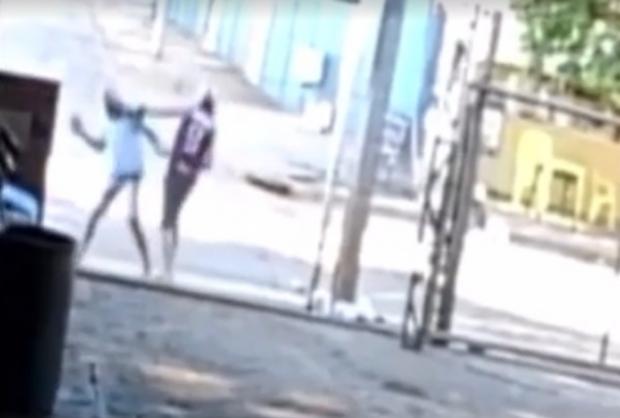 Idoso é agredido e morre ao bater cabeça no meio-fio após discussão em mercado; veja vídeo