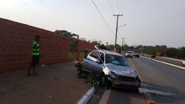 Motorista fica gravemente ferido após colidir Celta com muro na Estrada da Guarita; outros três se feriram