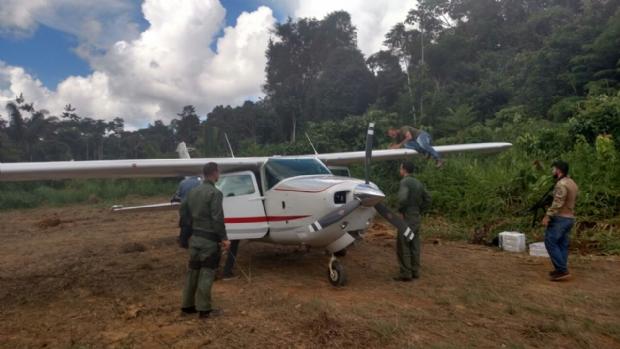Operação da FAB, PF e PM apreende mais de 300 quilos de cocaína em aeronave