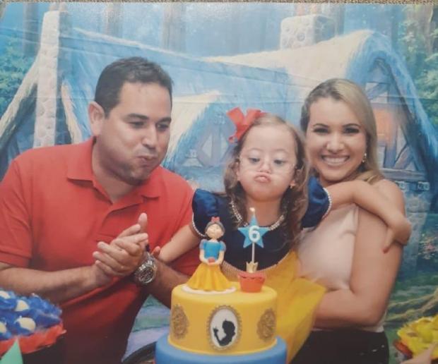 Juliana Andreato, seu marido e sua filha