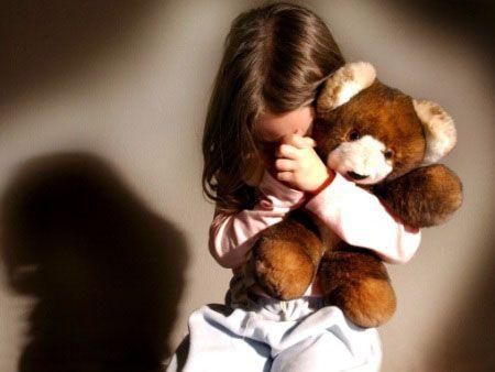 Pai é suspeito de estuprar filha de 4 anos enquanto mãe trabalhava em frigorífico